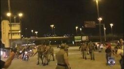 Imagens mostram confronto de policiais com manifestantes