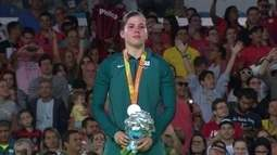 Alana Maldonado recebe a medalha de prata no judô +70kg feminino