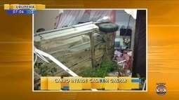 Carro invade casa em Gaspar
