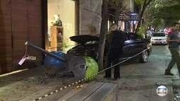Mulher perde controle do carro e atropela três pessoas na rua Oscar Freire