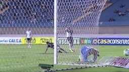 Alan Mineiro invade a área e acerta a rede pelo lado de fora, aos 32 do 2º tempo