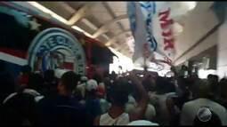 Torcida do Bahia faz festa para apoiar equipe em viagem para São Paulo