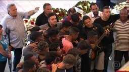 Amigos e parentes se despedem do jogador do time sub-17 da Portuguesa