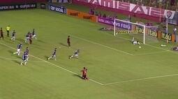 Comentaristas criticam Kieza por ficar de joelhos na hora do pênalti para o Vitória