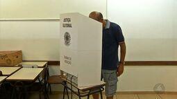 Primeiro turno tem grande número de votos invalidados e eleitores ausentes