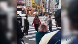 Sasha aparece posando toda produzida nas ruas do Japão