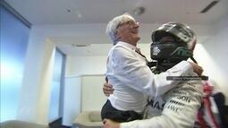 Nico Rosberg carrega Bernie Ecclestone no colo festejando título