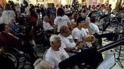 Coral com idosos se apresenta em shopping de Belo Horizonte