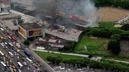Incêndio atinge galpão na Avenida Brasil, na Zona Norte do Rio de Janeiro