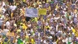 Brasileiros usam verde e amarelo e carregam cartazes em manifestações pelo Brasil