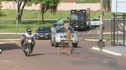 Buraco na Rua Chile, no Jardim Irajá, oferece riscos a motoristas em Ribeirão Preto