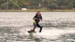 Paula Fernandes pratica wakeboard