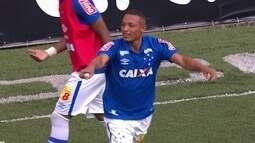 Gol do Cruzeiro! Thonny Anderson chuta e Dejair dá rebote para Cesinha marcar aos 38do 2º