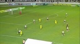 Léo joga na área, a bola desvia e quase entra no gol do Timão, aos 36 do 2º T