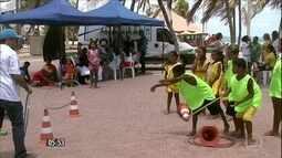 Equipes promovem ações para entreter filhos de ambulantes em praias de AL