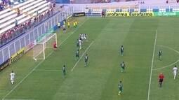 Após escanteio, Caio Talarico cabeceia bem, mas goleiro do Juventude salva, aos 10 do 2ºT