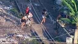 Lixões invadem a linhas dos trens