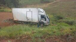 Caminhão cai de barranco na MG-460 e deixa uma pessoa morta próximo a Toledo, MG