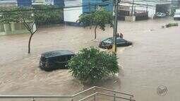 Chuva toma conta das ruas e arrasta carros em Piracicaba, SP