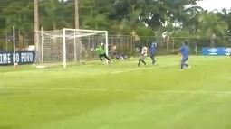Ramón Ábila recebe na área e manda para o fundo do gol do Águia. O quinto do Cruzeiro
