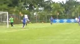 Ábila marca o sexto gol do Cruzeiro contra o Águia com um gol de cabeça