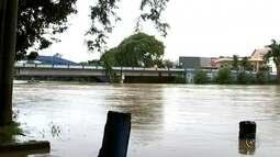 Praça e estádio de futebol ficam alagados após nível do Rio Tietê subir