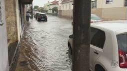 Chuva forte alaga ruas de Rio Claro