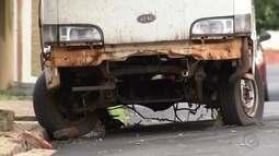 Carros abandonados são retirados das ruas de Bauru