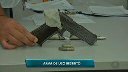 Quatro pessoas são detidas com arma de uso restrito