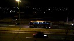 Ônibus do Tucumán passa em alta velocidade nas ruas de Quito antes de jogo da Libertadores