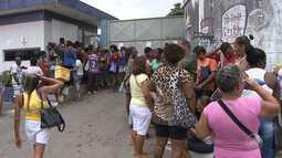 Ambulantes vão à porta da Semop para tentar vaga de trabalho no carnaval