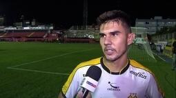 Carlos Eduardo lamenta lance que originou primeiro gol do Brasil de Pelotas