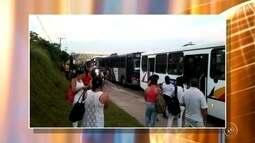 Moradores fazem novo protesto contra greve dos motoristas de ônibus