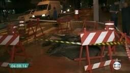Cratera que se formou em rua do Centro de SP dificulta o trânsito na região