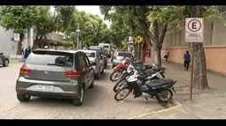 Pais formam fila dupla nas portas nas escolas