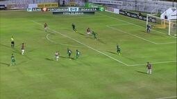Bruno Xavier arrisca de fora da área mas bola sai por cima do gol aos 12' do 2º tempo