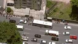 Passageiro reage a assalto a ônibus e mata suspeito em Piedade