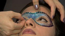 Aprenda a fazer uma máscara de carnaval usando maquiagem