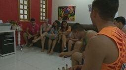 Grupo de amigos se reúnem durante todo o ano para curtir o Carnaval em Salvador (BA)