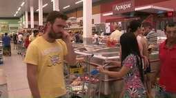 """Supermercados ficam lotados de """"foliões"""" em Umuarama"""