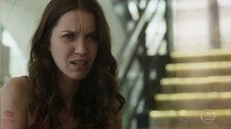 Júlia vasculha as roupas de Alex e se surpreende