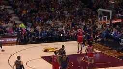 Derrick Williams, do Cleveland, faz a melhor enterrada da rodada da NBA