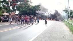 Moradores interditam trecho da BR 101 após atropelamento em Campos, no RJ