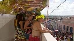 Com ladeiras lotadas, foliões escolhem curtir o carnaval olindense pelas janelas