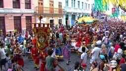 Desfile do Maracatu Nação Pernambuco encanta foliões no Bairro do Recife
