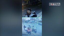 Imagens mostram assalto em ponto de ônibus na Zona Norte do Rio