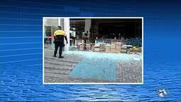 Vitrine de loja de material de construção é quebrada após briga de casal em Caruaru