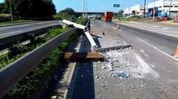 Carro derruba poste e bloqueia a BR-153, entre Goiânia e Aparecida