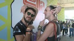 Dudu Bertholini e José Loreto brincam de desfilar no Lollapalooza