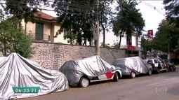Viaturas da PM estão abandonadas em rua nos Jardins em SP